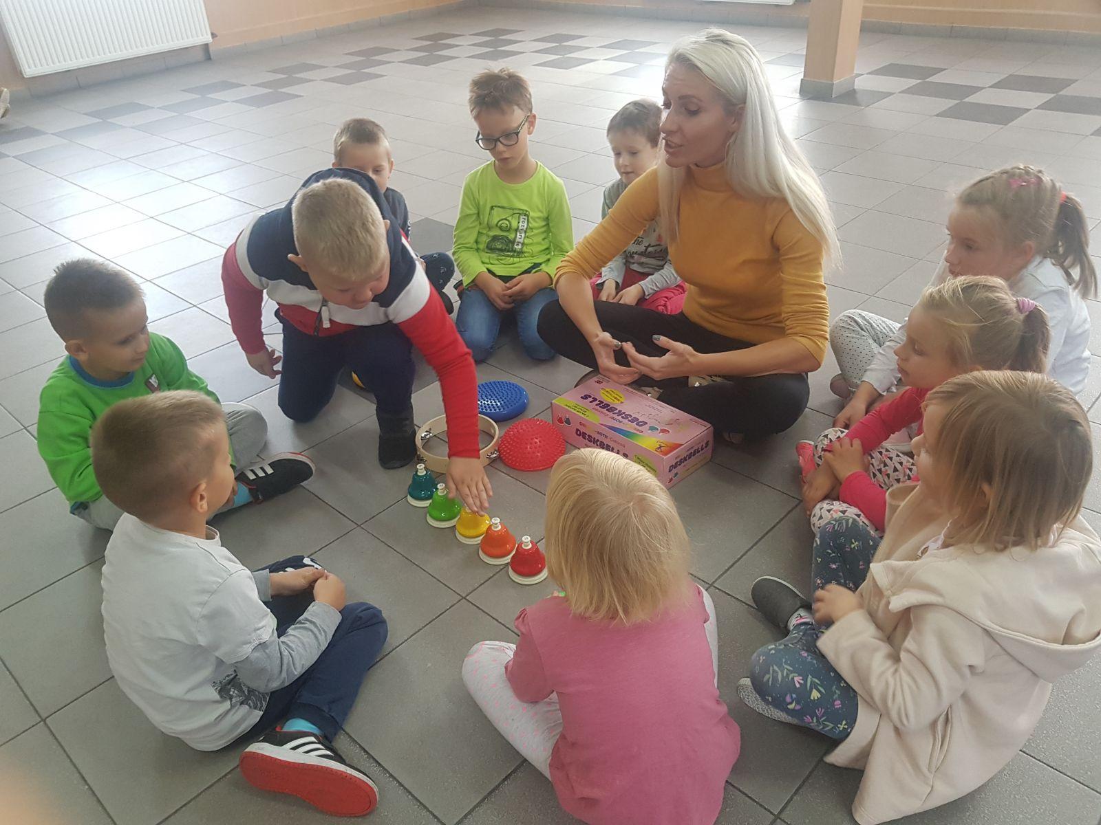 Na zdjęciu uczniowie z nauczycielką .